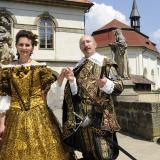 Albrecht z Valdštejna a Eliška Gruberová na nádvoří
