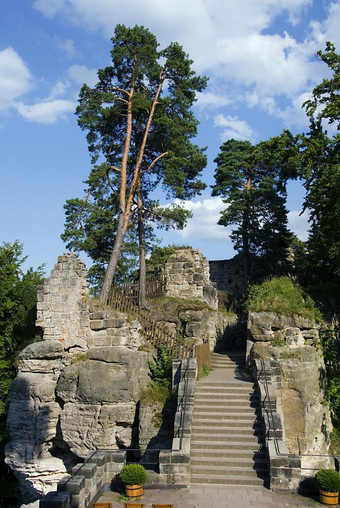 Pohled z terasy na třetí skalní blok, obrázek se otevře v novém okně