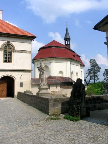 Druhý most s klasicistním domem a kostelem v pozadí, obrázek se otevře v novém okně